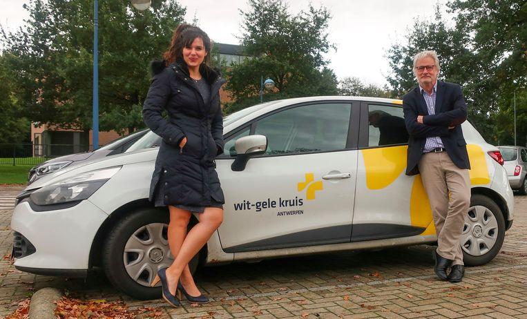 Schepenen Yoleen Van Camp en Peter Bellens bij een wagen van het Wit-Gele Kruis.