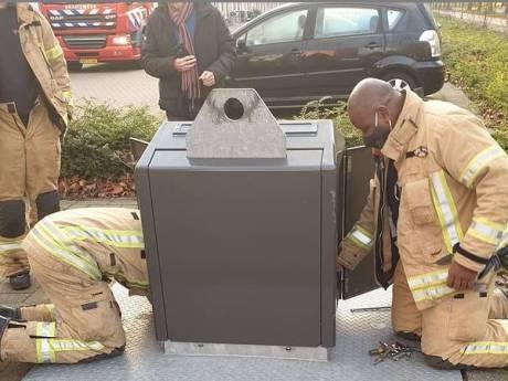 Brandweer redt pakjesavond: cadeautjes tussen vuil uit ondergrondse container gehaald
