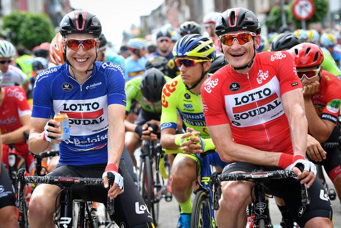 Jens Keukeleire in de blauwe leiderstrui, naast Andre Greipel in de rode sprinterstrui.