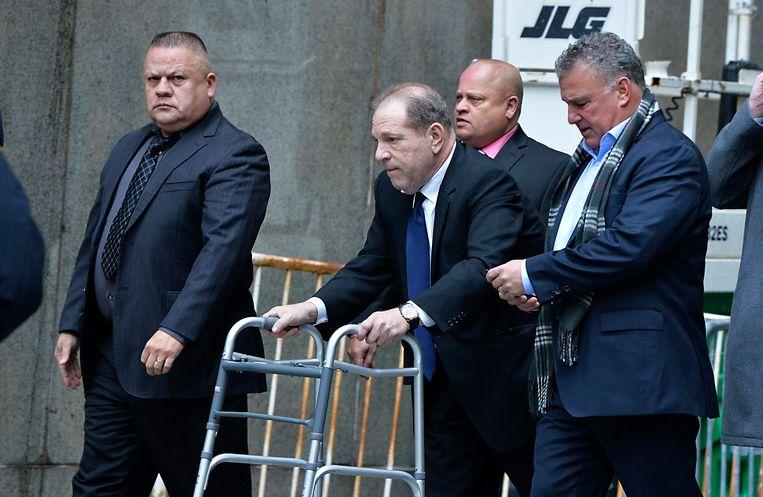 De beelden waarop veel kritiek kwam én directe aanleiding voor dit interview: Harvey Weinstein met een wandelrekje bij de rechtbank