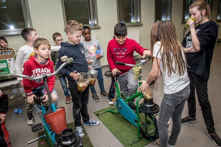 De kinderen konden onder andere al trappend op een fiets zelf sapjes mixen.
