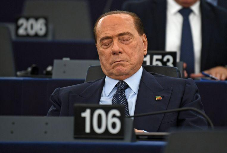 De Italiaanse oud-premier Silvio Berlusconi, nu Europees parlementslid, wacht in Straatsburg op het resultaat van de eerste stemming.  Beeld EPA