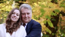 Tortelduiven al 6 maanden van mekaar gescheiden door corona, maar vanavond herenigd: Russische vrouw krijgt eindelijk visum