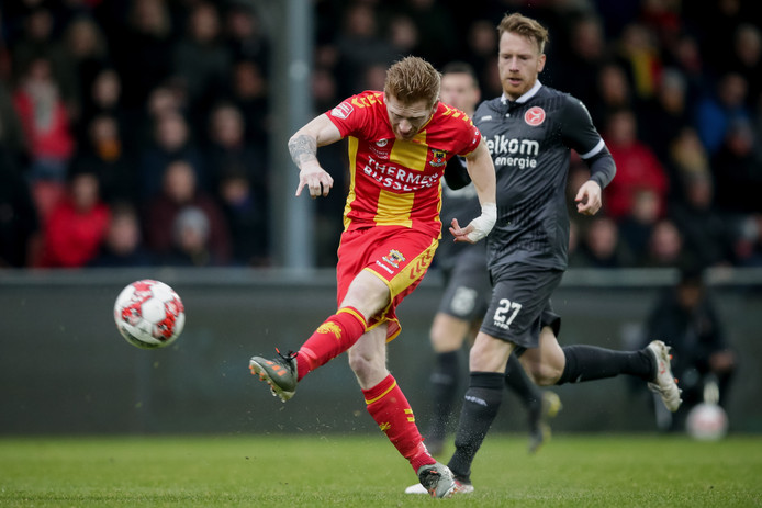 Richard van der Venne waagt een schot namens Go Ahead Eagles tegen Almere City,.