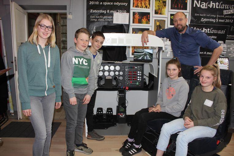 Erwin De Swaef en enkele leerlingen bij de simulator.