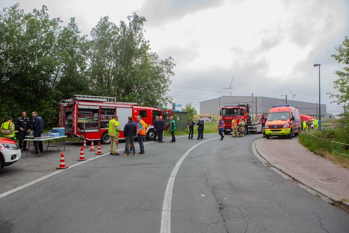 Met beschermingspakken konden brandweermannen de installatie inspecteren.