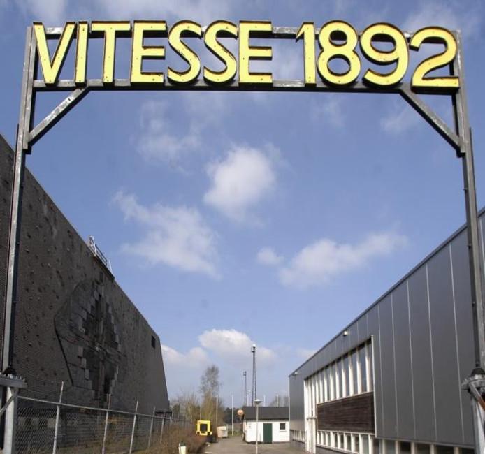 De toegangspoort naar het laatste complex van Vitesse 1892, sportpark Valkenhuizen. De amateurs moesten weg van Monnikenhuize na de splitsing met de profs in 1984 en houden nu op te bestaan. foto Hans Broekhuizen/De Gelderlander