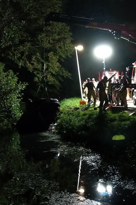 Auto belandt op zijn kop in de sloot in Spijkenisse: bestuurder vlucht