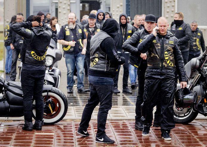 Leden van de Satudarah vertrekken bij het het Justitieel Complex Schiphol. De rechtbank doet uitspraak in de civiele procedure waarin het Openbaar Ministerie vraagt om de Satudarah Motorcycle Club te verbieden.