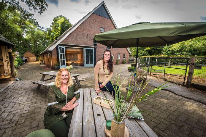 """De InspiratieHoeve in Boekelo heeft plek voor workshops en vergaderruimtes. """"We werken veel samen met lokale ondernemers"""", aldus Renate Haarman en Mirthe Koetse."""
