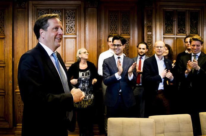 Alexander Pechtold (D66) wordt na de verkiezingen verwelkomd dor zijn fractie. Zij moeten nu een opvolger kiezen uit hun midden.