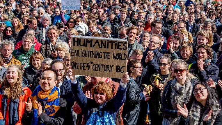 Wetenschappers demonstreren op het Museumplein voor het behoud van vrije wetenschap. Beeld anp