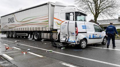 Vrachtwagen rijdt geparkeerde voertuigen aan