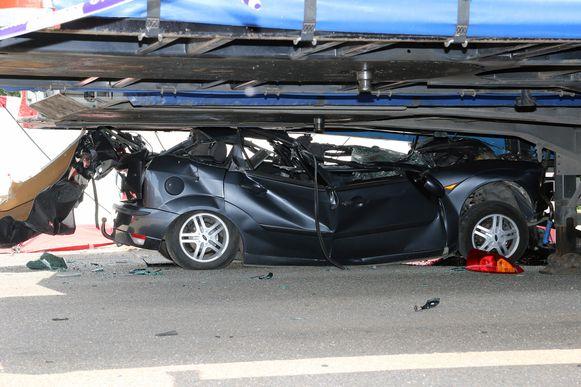 De bestuurder overleed ter plaatse.
