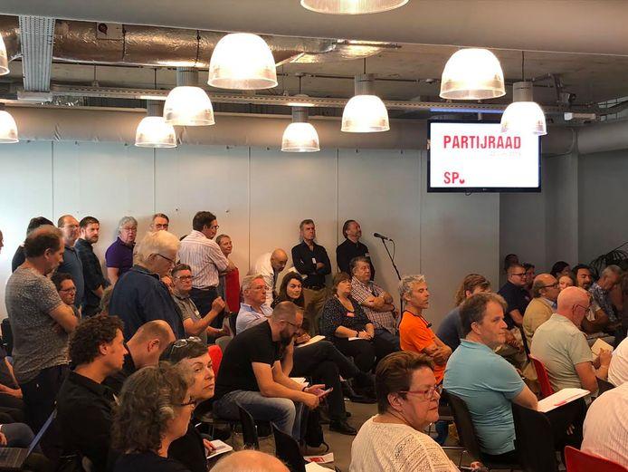 SP-leden wachten bij de microfoon om hun mening te geven over de koers van de partij