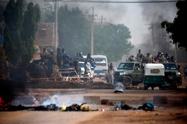 Soedanese troepen nemen op 3 juni 2019 posities in rond het legerhoofdkwartier in Soedan. Ze maken met veel geweld een einde aan de demonstraties tegen leger en regering.