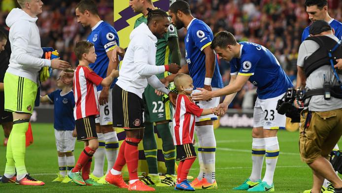 Bradley Lowery schudt de handen van de spelers van Everton.
