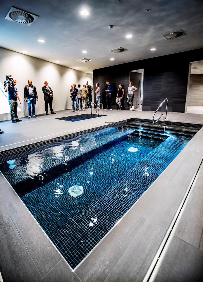 Het prachtige zwembad in het trainingscomplex.