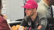 Onze F1-watcher in Austin vangt goed nieuws op voor Stoffel, achter wiens roze pet een mooi gebaar schuilgaat