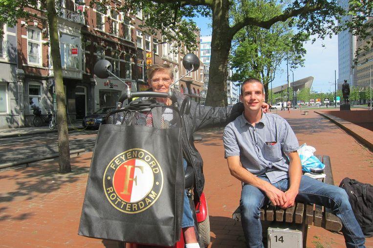 Anneke Diederik, hier met haar zoon Jeffrey, wil niet dat haar Rotterdamse burgervader Aboutaleb weggaat. Beeld null