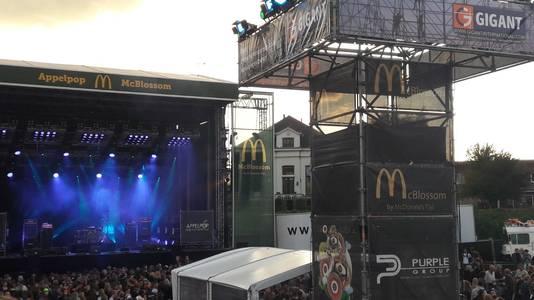Het podium op Appelpop dat door McDonald's wordt gesponsord.