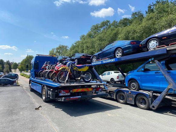 Ook in een pand langs de N8 in Ophasselt werden tientallen luxewagens en motors in beslag genomen.