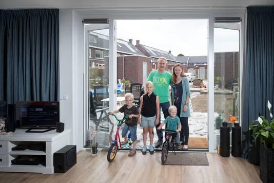 Egbert en Nella Jansen en hun kinderen in hun nieuwe woning.
