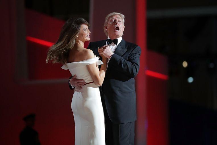 Al dansend met first lady Melania Trump zingt President Trump mee met Frank Sinatra's 'My way' op het inauguratiebal, januari 2017. Beeld AFP