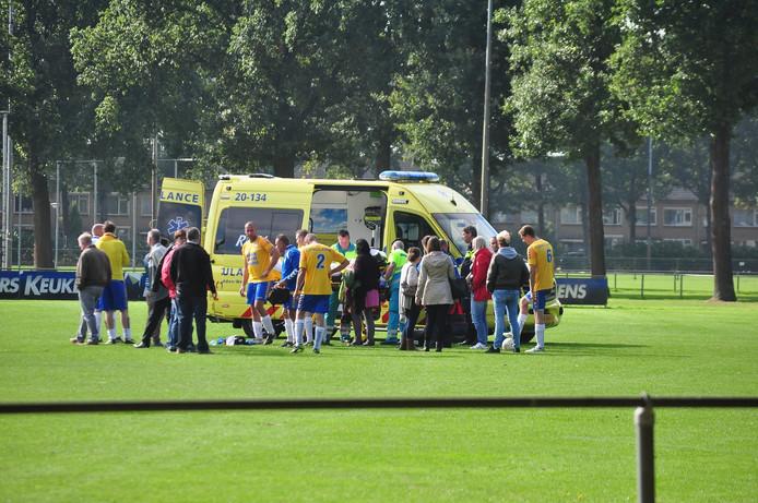De voetballer werd op het veld gereanimeerd.