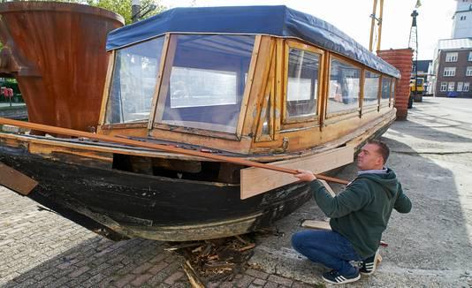 Zo zag de boot eruit toen Martijn Dickerscheid hem net gekocht had. Er moest heel wat aan gebeuren.