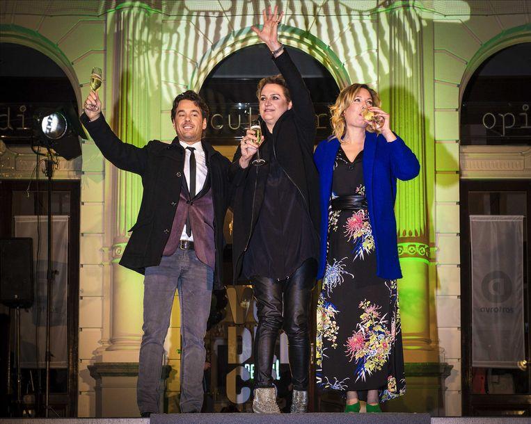 NOS-presentator Rik van de Westelaken (L) heeft dit jaar het televisieprogramma Wie is de Mol? gewonnen. Hij versloeg in de finale actrice Marlijn Weerdenburg (R). Margriet van der Linden (M) bleek de mol. Beeld null