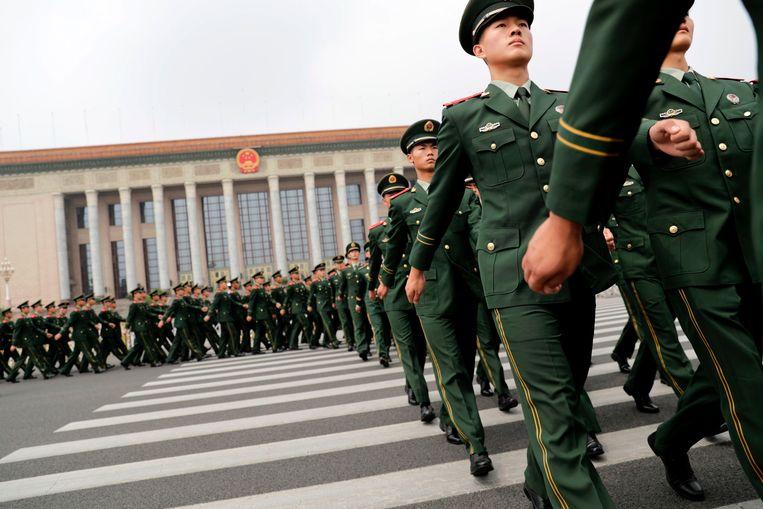 Chinese paramilitaire politieagenten marcheren buiten de Great Hall of the People na de ceremonie. Beeld AFP