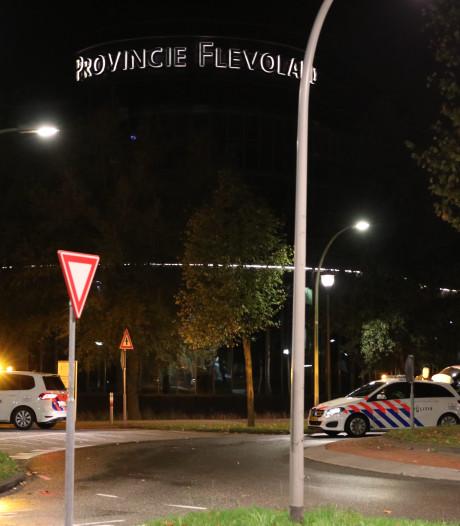 Provinciehuis Flevoland afgezet vanwege verdacht pakketje en spandoeken Oostvaardersplassen