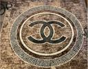 De speurders vonden onder meer tapijten met het logo van Chanel.