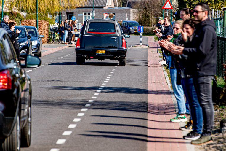 Inwoners van Uden brengen een laatste ode aan een overledene door het coronavirus.   Beeld SOPA Images/LightRocket via Gett