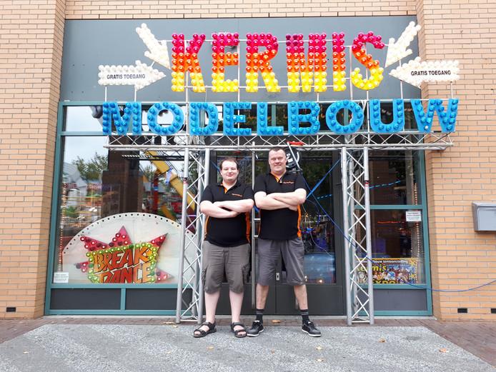 Dennis van Ooijen en Marco Frericks staan voor het vijfde jaar op rij op de Osse kermis met hun miniatuurkermis