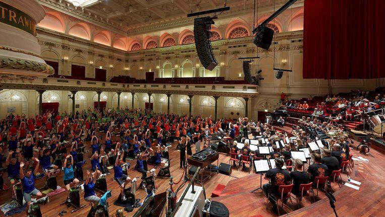 Deelnemers in actie tijdens de spinningmarathon in het Koninklijk Concertgebouw Beeld anp