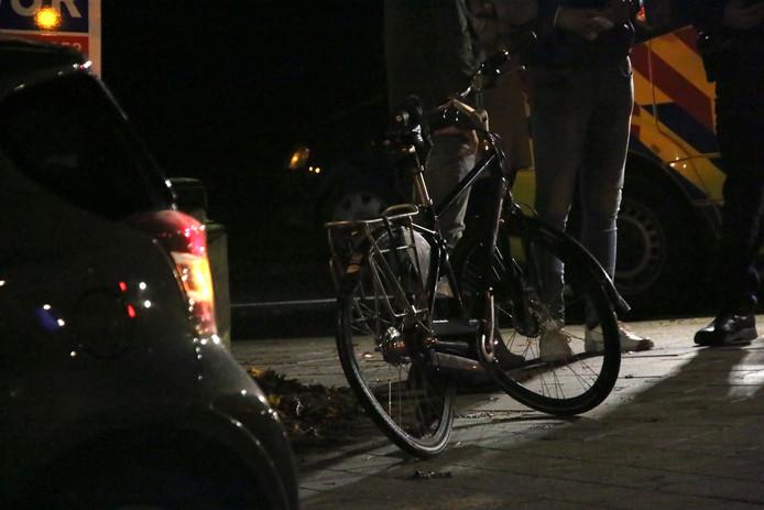 De fiets is fors beschadigd door de botsing.