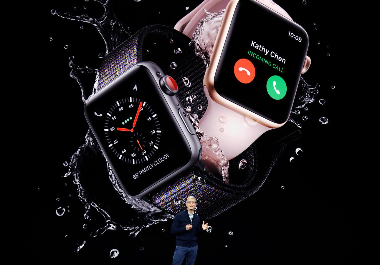 Apple-baas Tim Cook toont de derde generatie van de Apple Watch vorig jaar september (2017)