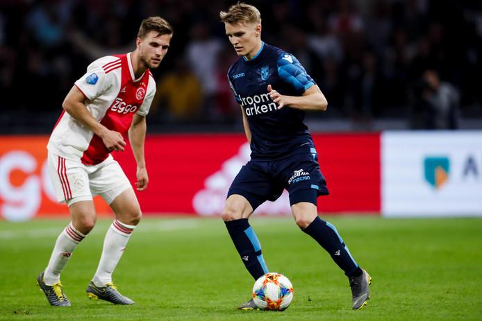 Joël Veltman (links) gisteravond tijdens een duel met Martin Ødegaard van Vitesse.