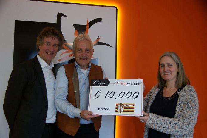 Initiatiefnemer van Deventer Koffie Ruud Boon neemt de cheque in ontvangst.