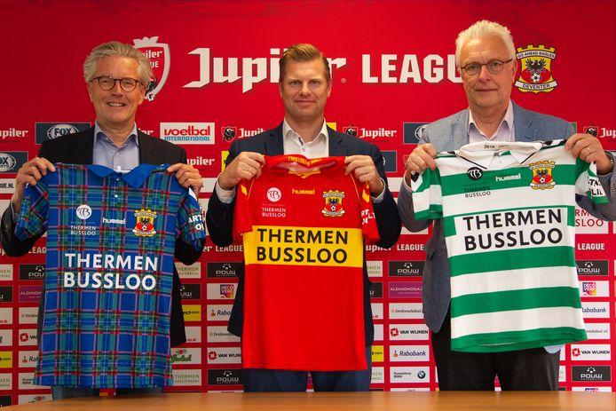 Algemeen directeur Hans de Vroome (Go Ahead Eagles) met Fabian Dolman en Hans Dolman van hoofdsponsor Thermen Bussloo bij de shirtpresentatie in 2018.