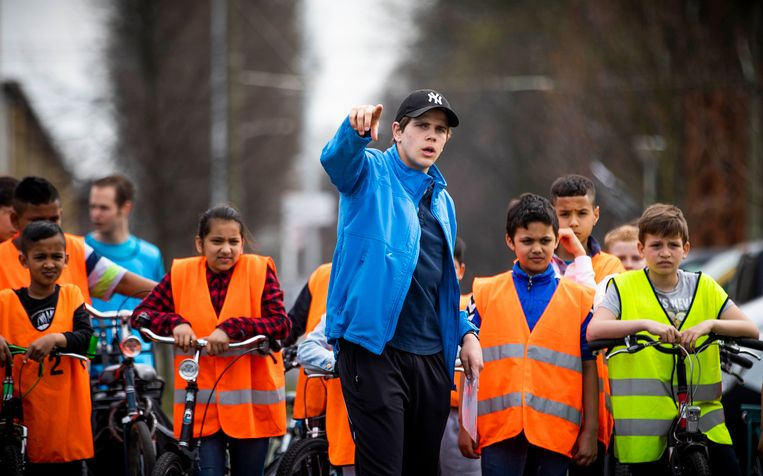 Kinderen van de Toermalijn, ook een Haagse school, oefenen voor het fietsexamen in het Zuiderpark. Beeld Freek van den Bergh / de Volkskrant