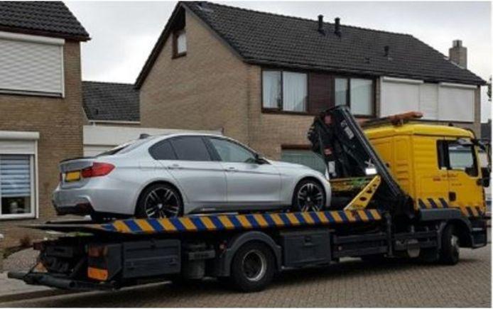 De auto wordt afgevoerd.