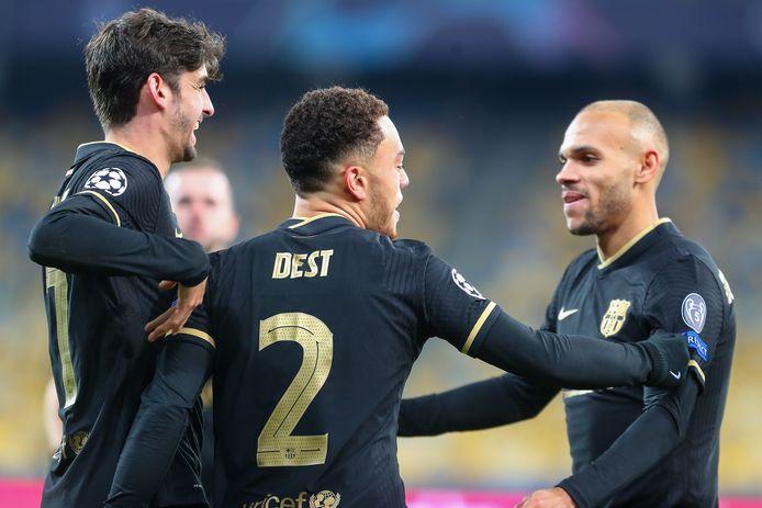 Sergiño Dest viert zijn eerste goal voor Barcelona.