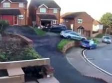 Bestuurder ramt twee auto's en vliegt door de lucht bij parkeren van zijn elektrische Porsche