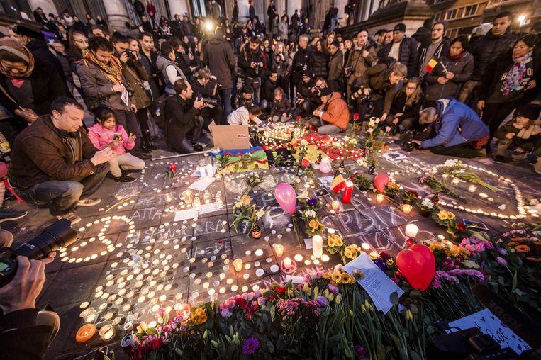 Inwoners van Brussel komen samen op het Beursplein, dinsdagavond. Beeld Afp