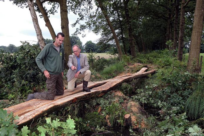De toegang tot het Kerkepad is een brug bestaande uit een gesplitste Eikenboom.