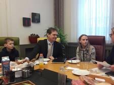 Leerlingen lopen middagje mee met burgemeester Van Veen van Gemert-Bakel