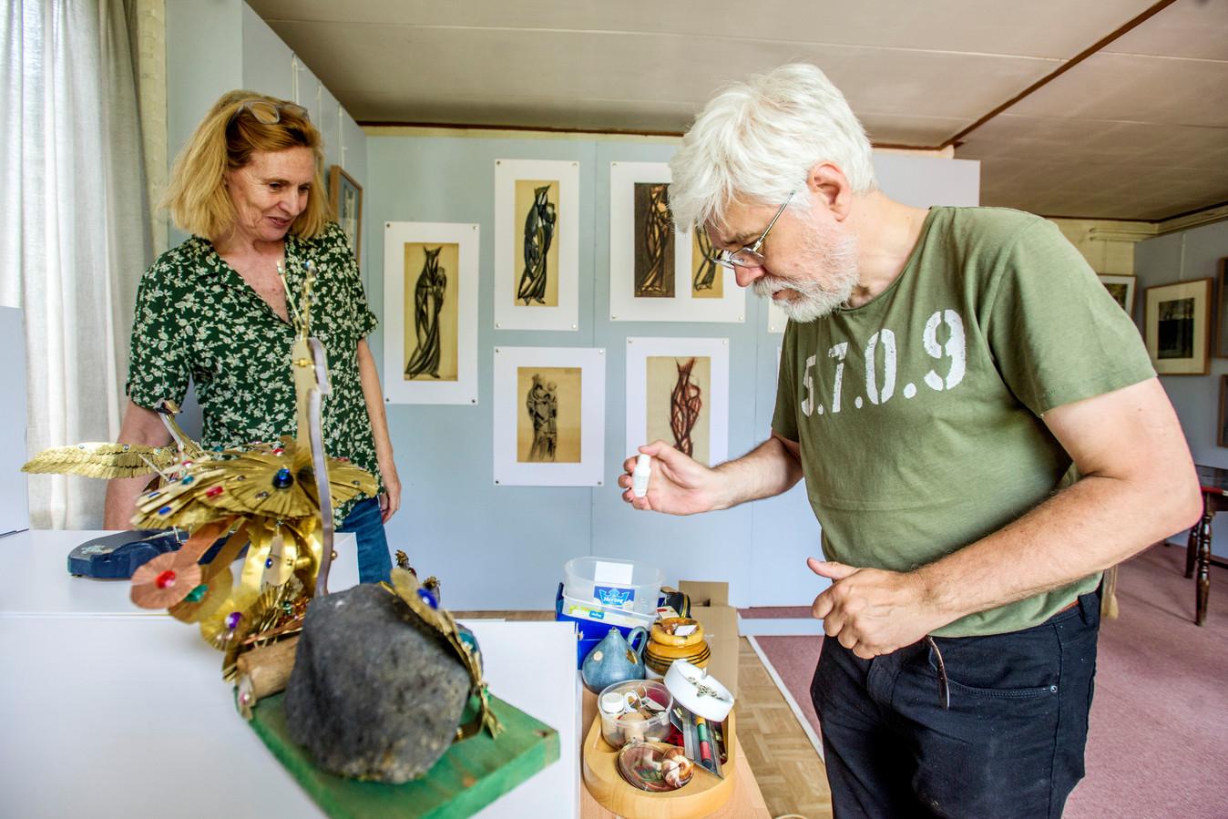 Pieter Smagge en Desiree Bekkers zijn bezig met het inrichten van de laatste expositie. Na de zomer gaat het huis in de verkoop.